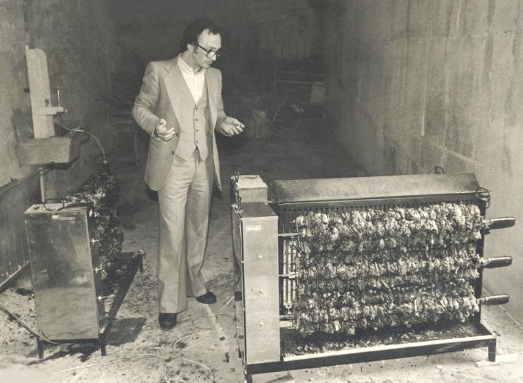 Photo historique de Eraldo Ferraboli avec deux tournebroches Ferraboli